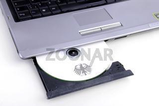 CD mit Kundendaten in einem Computerlaufwerk,  Symbolbild fuer illegalen Handel mit Kundendaten, Steuersuender, Steuerhinterzeihung, Steuerflucht