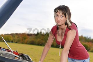 Mädchen mit Autopanne