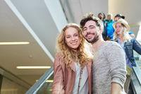 Glückliches junges Paar im Einkaufszentrum