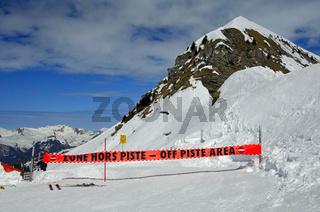 Warnschild an einer gesperrten Piste im Skigebiet Morzine Avoriaz