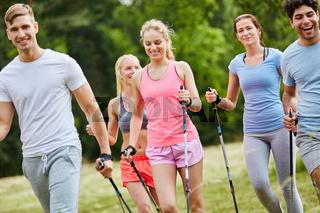 Aktive Freunde machen Nordic Walking