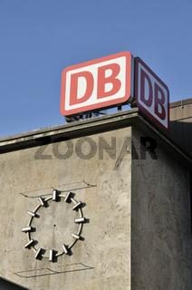 Zeigerlose Uhr am Hauptbahnhof in Ulm, Baden-Württemberg, Deutschland, Europa