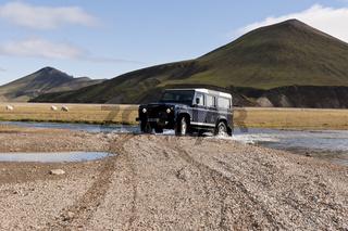 Island, Land Rover beim Durchfahren einer Furt