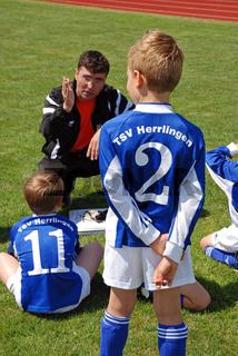 Trainer mit seiner Mannschaft