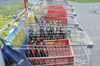 Bei einer Grossveranstaltung haben Pfandflaschensammler ihre Einkauswagen abgestellt, Köln, Nordrhein-Westfalen, Deutschland, Europa