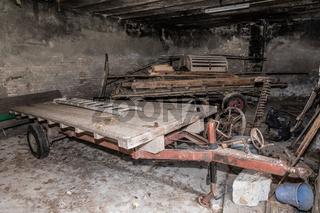 Alte Anhänger bei verlassenen Bauernhof - Lost Place