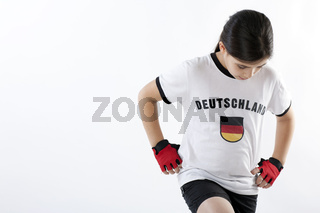Junges Mädchen in Fußballkleidung mit Deutschland Trikot