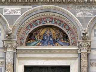Pisa, Dom Santa Maria Assunta auf dem Piazza del Duomo, Fassadendetail mit Mosaiken, Italien