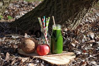 grüner Smoothie mit Spinat, Apfel und Kokos (Außenaufnahme)