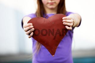 Kind zeigt ein rotes Herz  -Textfreiraum