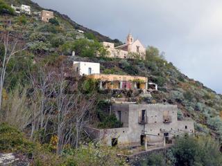 Kirche Chiesa San Bartolo auf Alicudi, Liparische Inseln, Italien