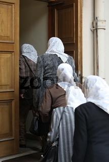 Frauen betreten ein Haus im Zentrum der Altstadt von Vilnius Hauptstadt von Litauen