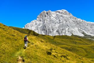 Wanderer vor dem Gipfel Sulzfluh, St. Antönien, Prättigau, Graubünden, Schweiz