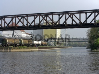 Hamelner Hafeneinfahrt mit historischer Brücke und Industrieanlagen