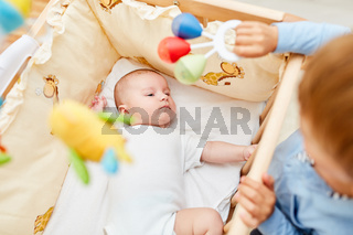 Neugeborenes Baby liegt im Babybett