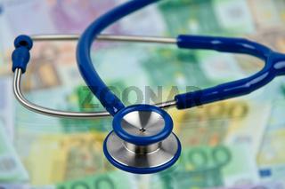 Viele Eurogeldscheine mit Stethoskop. Kosten Gesundheit.