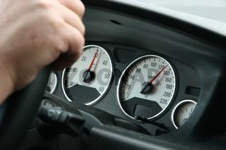 Tachometer in einem Auto bei Tempo 130 / Speedometer in a car with speed 130