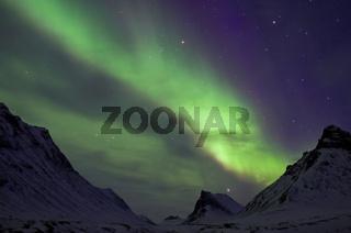 Nordlicht (Aurora borealis) ueber dem Gipfel Nallo im Tal Stuor Reaiddávággi, Kebnekaisefjaell, Norrbotten, Lappland, Schweden