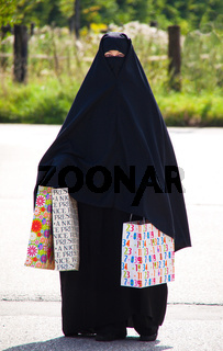 Symbolfoto Islam. Muslimische, verschleierte Frau mit Burka