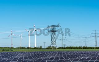 Solarzellen, Strommasten und Windräder