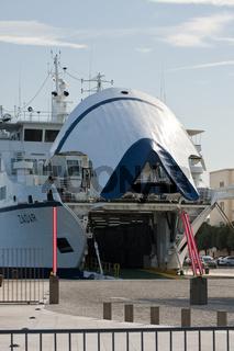 Autofähre im Hafen/Car ferry in the harbor
