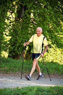Senior trainiert für Fitness beim Nordic walken