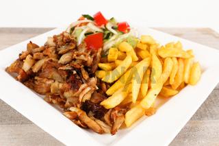 Hähnchendöner mit Pommes und Salat
