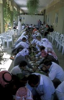 Syrische Einwohener beim Essen bei einem Hochzeitsfest in der Altstadt der Stadt Bosra im Sueden von Syrien im Nahen Osten.