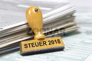 Holzstempel mit Aufschrift: Steuer 2018