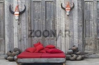 Bett aus rustikalem Holz