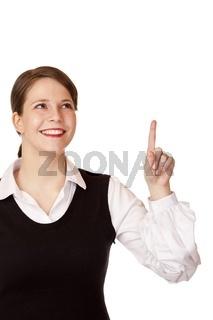 Glücklich lachende Geschäftsfrau zeigt mit Finger nach oben