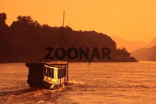Ein Schiff auf dem Mekong River bei Luang Prabang in Zentrallaos von Laos in Suedostasien.