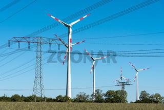 Windräder und Stromleitungen