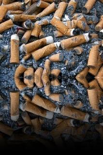 Zigarettenkippen mit Zigarettenasche und einer Zigarettenschachtel gespiegelt mit Platz für Text
