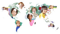 Multikulturelle Weltkarte mit vielen Kindern in Schule