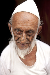 alter Mann muslimischen Glaubens mit weissem Bart und Mütze in Galle