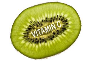 Kiwischeibe (Actinidia deliciosa, Chinesicher Strahlengriffel, Chinesische Stachelbeere), reich an Vitamin C, mit Schriftzug 'Vitamin C'