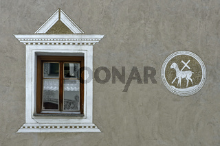Fenster und Sgraffito am Pfarrhaus Scuol, Engadin, Graubünden, Schweiz