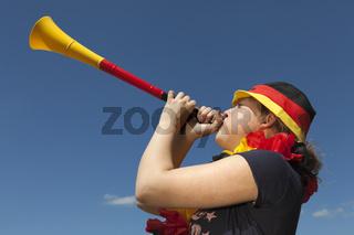 Junge Frau mit Vuvuzela