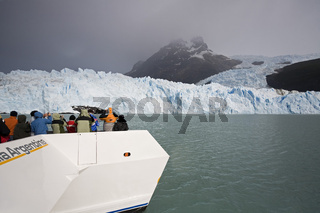 Touristen Spegazzini Gletscher, See Lago Argentino, NP Los Glaciares, Argentinien, tourists at Spegazzini Glacier at lake Lago Argentino, Argentina