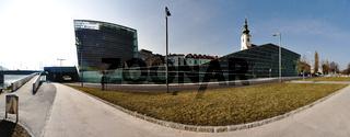 Ars Electronica Center und Stadtpfarrkirche Uhrfahr in Linz, Oberösterreich, Österreich, Europa
