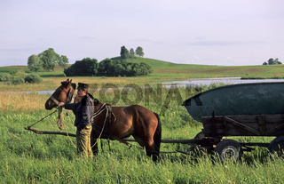 Litauen, Pferdefuhrwerk mit Boot