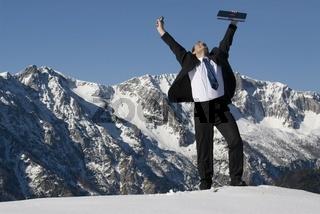 Manager mit seinem Laptop am Gipfel