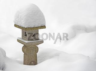 japanische Steinlaterne im Winter eingeschneit