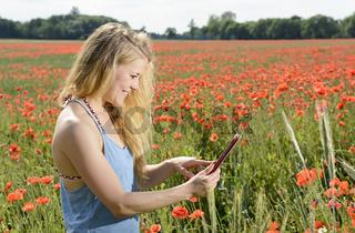 junge Frau mit digital tablet