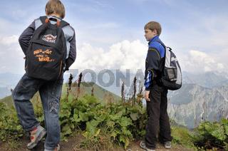 Zwei Jungs beim wandern, Fellhorn, Allgäuer Alpen, Bayern, Deutschland, Europa