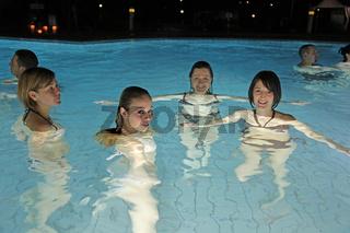 4 Badegaeste bei Nacht im Aquatoll Solebecken Auss
