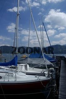 Segelboote auf dem Attersee vor dem Steg