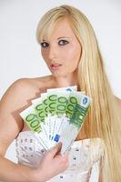 Junge Frau mit Einhundert Euro Scheinen