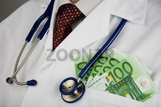 Arzt mit Geldscheinen